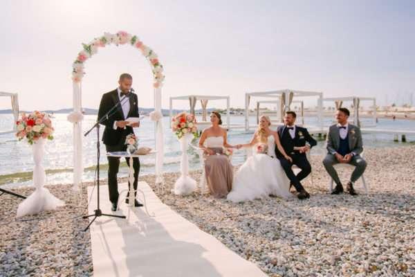 destination wedding croatia; brautbogen; brautpaar; bridal couple; bride; groom; wedding dress; hochzeit in kroatien; heiraten in kroatien; wedding party; wedding planner croatia; marrytale; sunset: beach wedding; hochzeit am strand; wedding ceremony; trauung