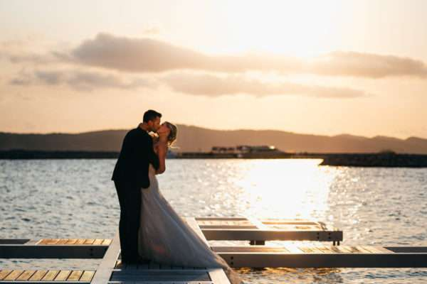 brautpaar; bridal couple; bride; groom; wedding dress; hochzeit in kroatien; heiraten in kroatien; wedding party; wedding planner croatia; marrytale; sunset: beach wedding; hochzeit am strand; wedding kiss