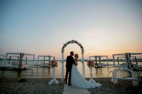 brautpaar; bridal couple; bride; groom; wedding dress; hochzeit in kroatien; heiraten in kroatien; wedding party; wedding planner croatia; marrytale; sunset: beach wedding; hochzeit am strand