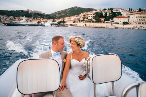 hvar; marrytale; heiraten in hvar; heiraten in kroatien; wedding planner hvar; wedding planner croatia; hochzeitsplaner hvar; hochzeitsplaner kroatien; braut; bride; groom; braeutigam; schiff; flowers; strauss