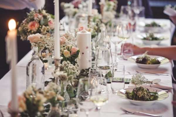 get married by the walensee; wedding planner walensee; wedding planner switzerland; destination wedding walensee; destination wedding planner switzerland; marrytale; table setting; decoration; flowers